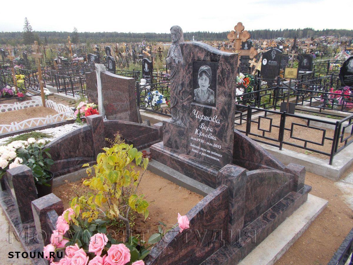 Гранитные цветные памятники на кладбище