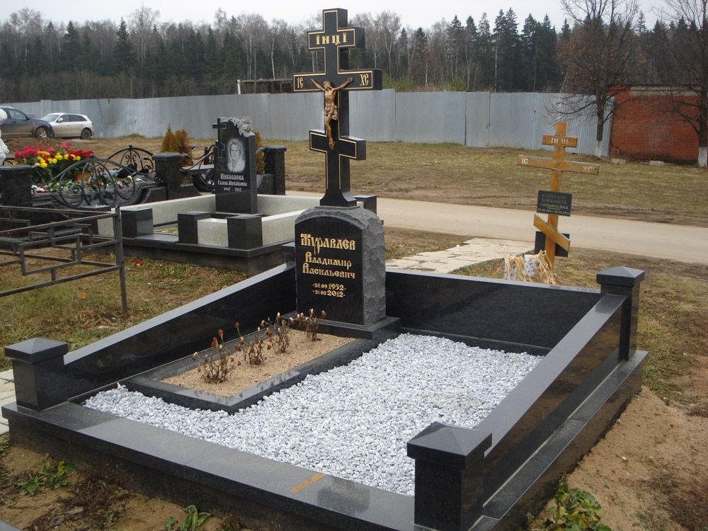 памятник с крестом из гранита